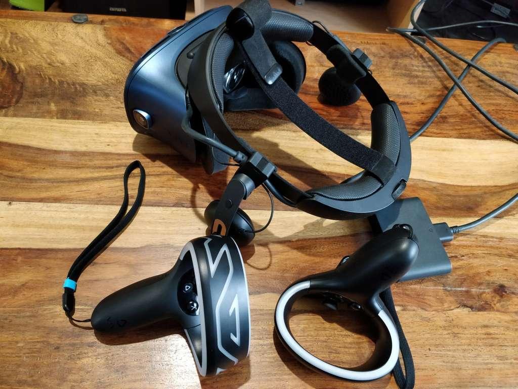 Le Vive Cosmos est fourni avec le casque, la connectique et deux manettes. © Edward Back, Futura
