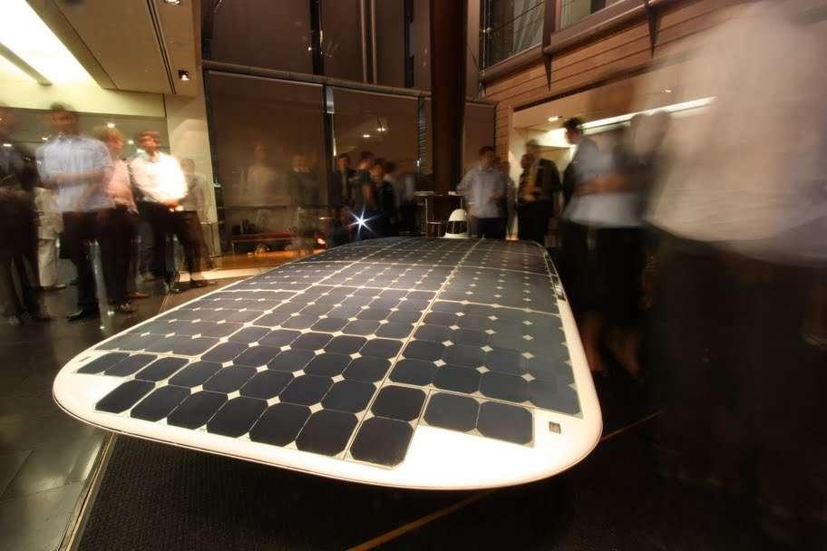 Une surface plane recouverte de panneaux photovoltaïques montée sur trois roues carénées et qui n'offre qu'une place très réduite à son pilote : c'est la Sunswift IVy. © Sunswift