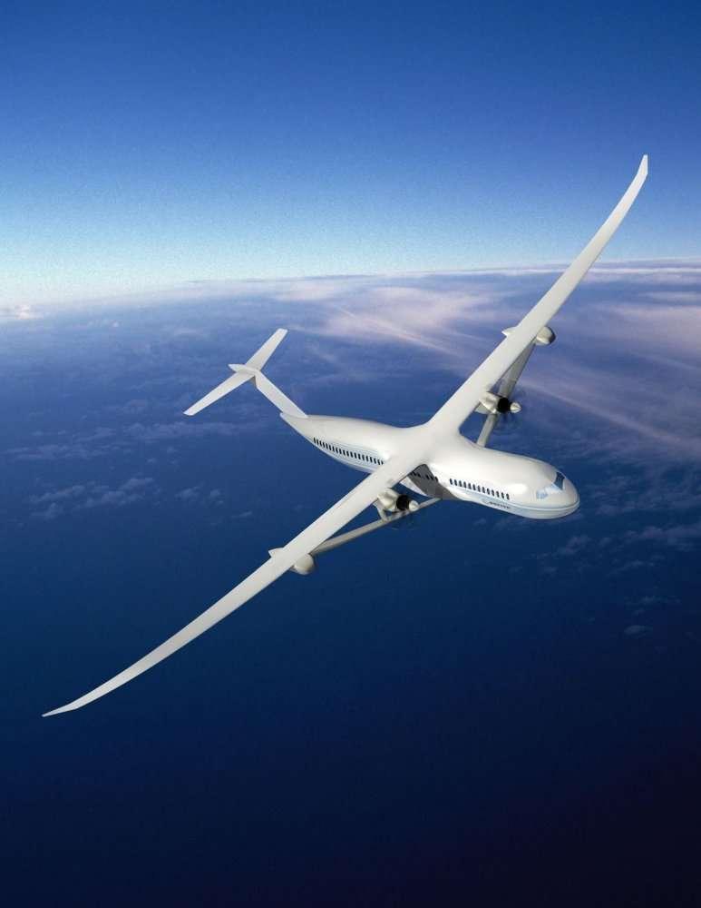 Voici le Sugar Volt de Boeing, un avion à hélices, du moins à turboréacteurs, avec des pales externes, de capacité moyenne, à ailes à grand allongement (mais qui pourraient se replier au parking)... et à motorisation hybride. La turbine centrale serait conventionnelle et la motorisation électrique ferait tourner les pales quand la turbine serait ralentie. De quoi assurer, par exemple, un décollage plus silencieux. © Boeing