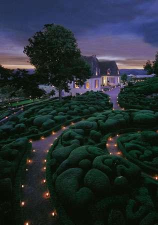 Une promenade nocturne est possible l'été, chaque jeudi, à l'occasion de l'animation « Marqueyssac aux chandelles ». © Laugery, DR