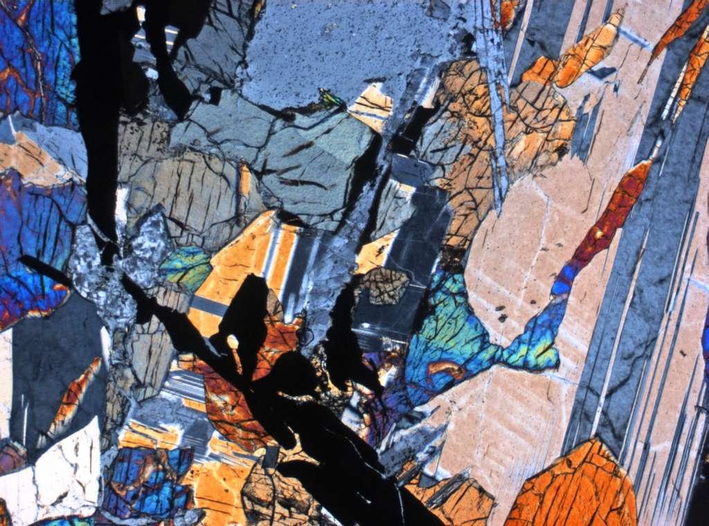 Cette image est celle d'une lame de roche basaltique lunaire observée au microscope polarisant. L'échantillon de roche provient de la mission Apollo 12. © Nasa