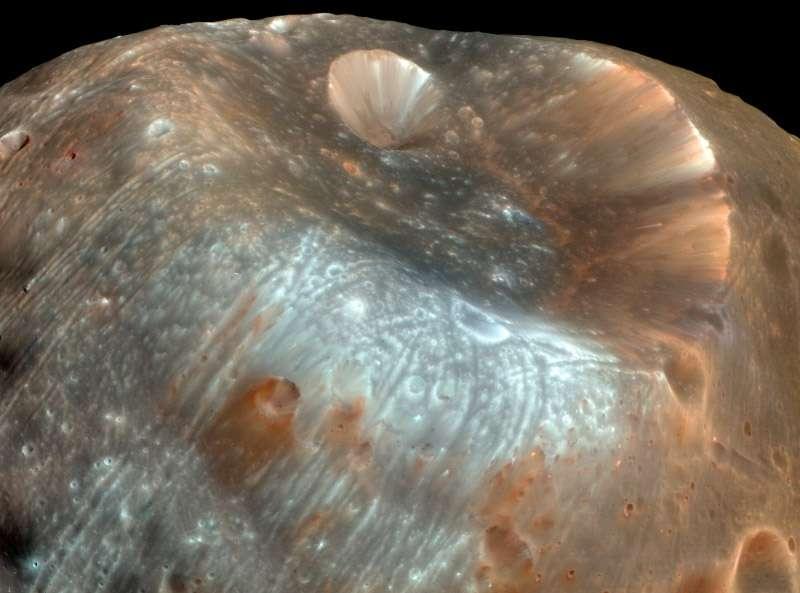 La récupération d'échantillons n'est pas le seul objectif de Phobos-Grunt. Des observations scientifiques sont prévues, visant à déterminer si Phobos est un astéroïde capturé ou bien un fragment de Mars. © Nasa/MRO Science team