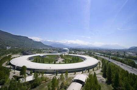 Le synchrotron de l'ESRF, près de Grenoble, une sorte de microscope géant... (Cliquer sur l'image pour l'agrandir.) © ESRF