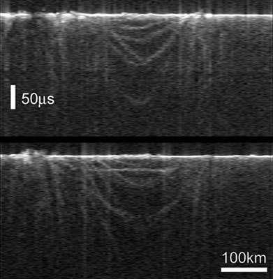 Ces échos d'une surface circulaire de 250 km de diamètre sont interprétés comme l'existence de cratères d'impact souterrains. Crédits : ESA