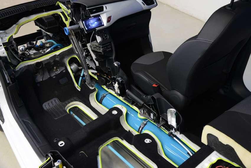 Le réservoir d'air comprimé, dont le volume intérieur varie, est installé sous l'habitacle du prototype. Peugeot veut démontrer que cette motorisation s'intègre dans les modèles de voitures existants. © PSA