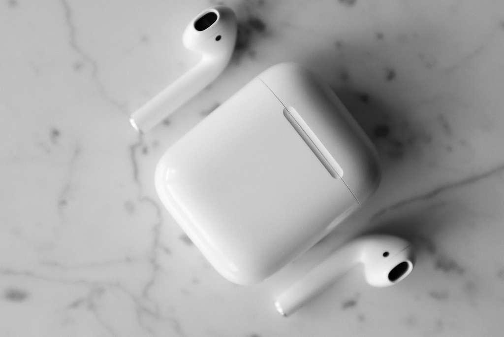 Les AirPods d'Apple et leur étui © Pexels