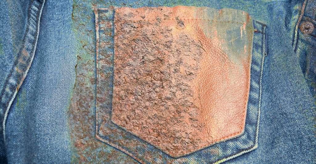 Pour enlever une tache de rouille sur des vêtements : quelques gouttes de citron et un peu de sel. Attention à bien rincer le vêtement ensuite et à le passer à la machine. © Kreingkral, Fotolia