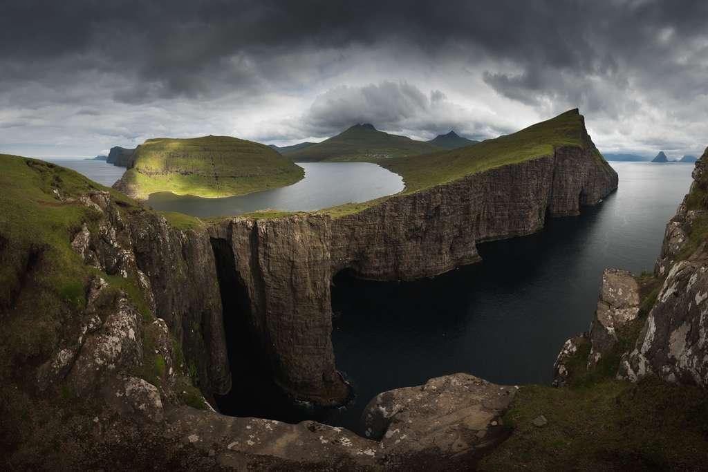 Aux îles Féroé, un lac suspendu sur la mer
