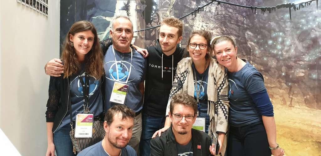 Des membres de l'équipe à l'origine du jeu « Le Prisonnier quantique ». En haut à gauche, Céline Lipari qui a porté le projet de sa réalisation avec le développeur du jeu, l'ingénieur en informatique du CEA Julien Arlot, en bas à gauche sur cette photo. © CEA