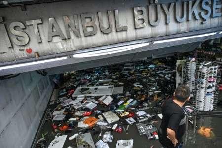 Des catastrophes qui pourraient devenir de plus en plus fréquentes. Ici un commerçant tente de sauver sa marchandise dans un centre commercial du quartier d'Eminonu à Istanbul, le 17 août 2019. © Ozan Kose, AFP