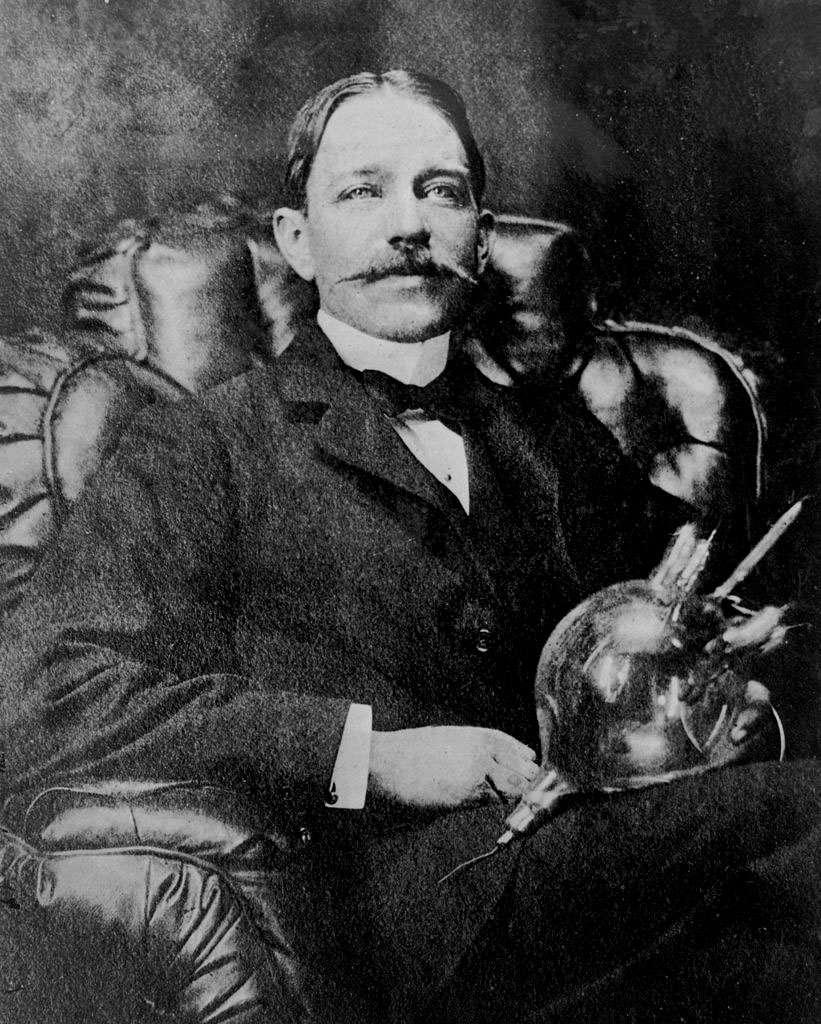 Peter Cooper Hewitt, l'inventeur de l'ampoule fluorescente fonctionnant à la vapeur de mercure. © Domaine public