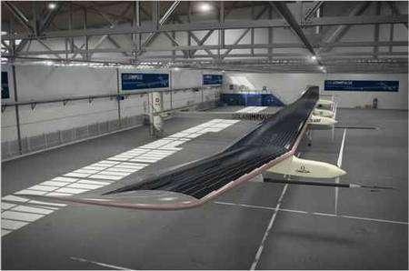 Le HB-SIA dans son hangar. On remarque les longues ailes recouvertes de cellules photovoltaïques (200 m2 en tout). © Solar Impulse
