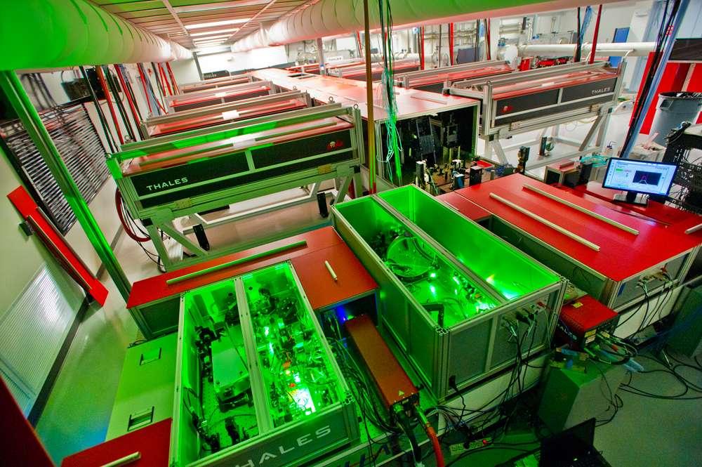 On voit ici le laser Bella, dont le faisceau de sortie atteint une puissance de 1,3 pétawatt. Il occupe une surface de 300 m2. Il a été conçu et fabriqué par Thales Optronique en France avant de rejoindre cette année la Californie. © Lawrence Berkeley National Laboratory