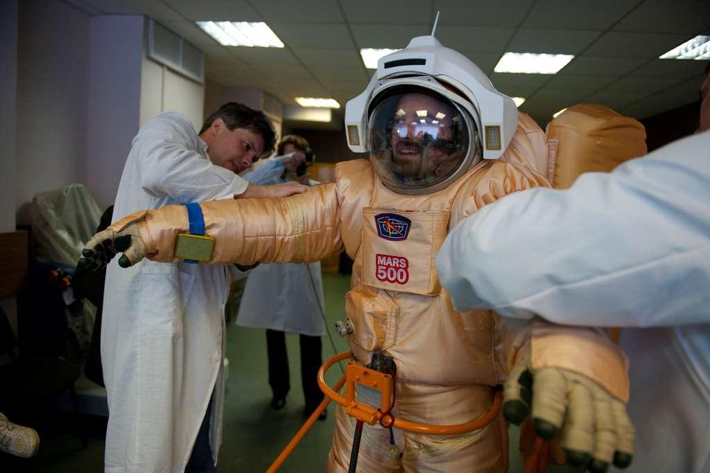 Le Français Romain Charles essaie sa combinaison qui lui permettra de simuler une sortie sur la surface de Mars. © Esa / S. Corvaja