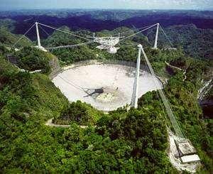Installé depuis 1963 dans une cuvette naturelle, le radiotélescope d'Arecibo a offert la haute résolution de sa parabole de 305 mètres de diamètre pour affiner la trajectoire de l'astéroïde 2005 YU55. Crédit Nasa/Arecibo