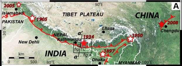 La zone de collision entre les plaques Inde et Eurasie est délimitée sur cette carte de la région touchée par le séisme de magnitude Mw 7,9 du 25 avril, dont l'épicentre est situé à l'est de la capitale népalaise Katmandou. Les nombreuses répliques sont réparties sur une longueur de 150 km et une largeur de 50 km. © L. Bollinger et al.