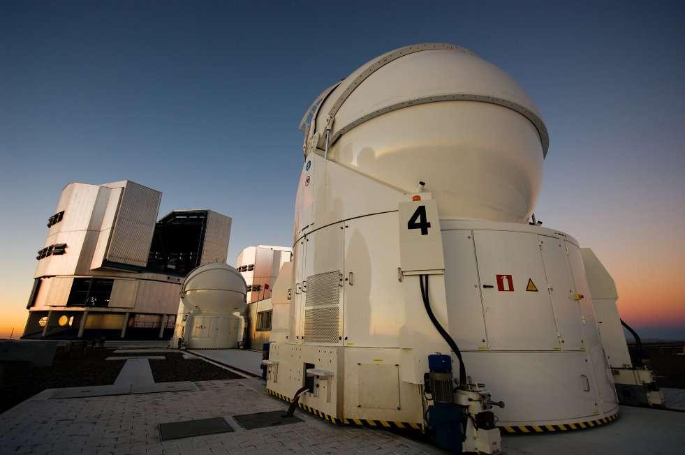 Au premier plan, deux des télescopes auxiliaires de 1,80 mètre du VLTI, dédiés à l'interférométrie et utilisés lors de ces observations. À l'arrière-plan apparaissent les télescopes de 8,20 mètres du VLT. © Nicolas Blind