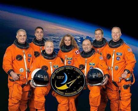 Premier rang: le commandant Mark Polansky (droite) et le pilote Doug Hurley. Arrière-plan, de gauche à droite : Dave Wolf, Christopher Cassidy, Julie Payette, Tom Marshburn et Tim Kopra. Crédit Nasa