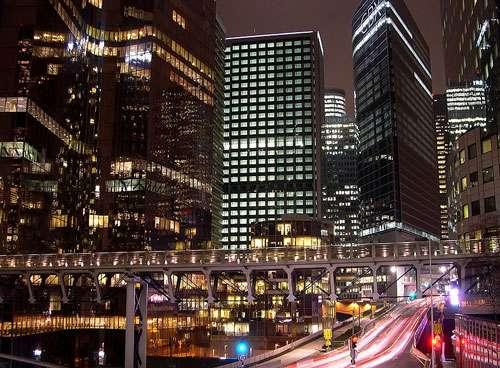 Le quartier de la Défense, du coté de l'esplanade de la Défense, de nuit à Paris, dans le département des Hauts-de-Seine. © Yogi - Licence Creative Commons Paternité – Partage des conditions initiales à l'identique 2.0 France.