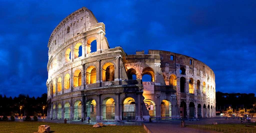 Vue panoramique du Colisée au crépuscule. La construction du Colisée commença en 70 ap. J.-C., soit peu de temps après l'incendie de Rome et la destruction de l'amphithéâtre de Statilius Taurus. © Diliff, CC by-sa 2.5