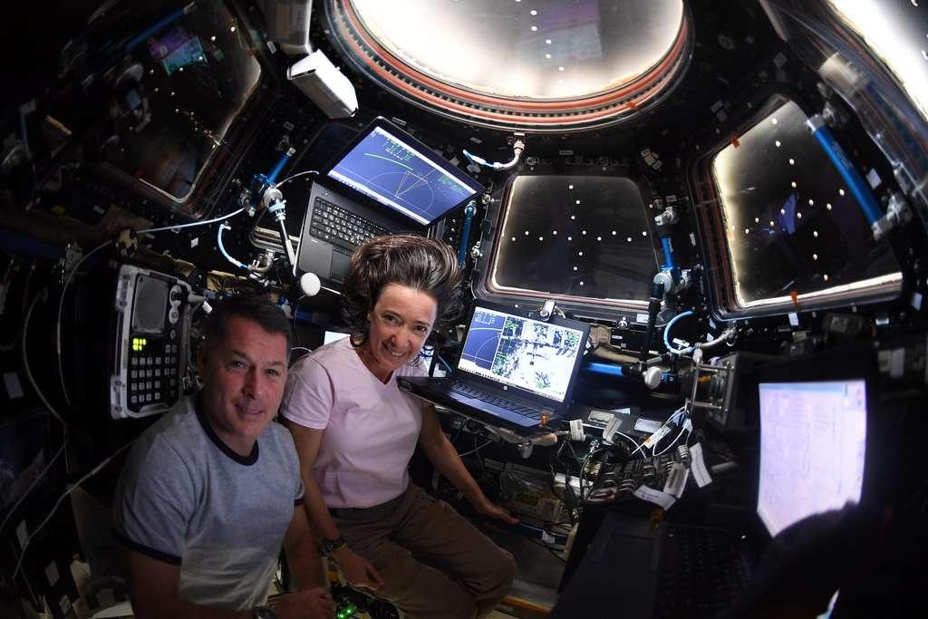 Les astronautes américains Megan McArthur et Shane Kimbrough surveillant l'approche du Cargo Dragon CRS-22. © ESA, Nasa, T. Pesquet