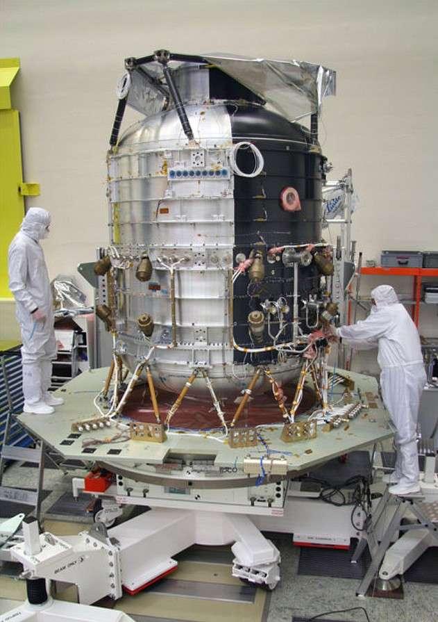 Ce réservoir est le cryostat du télescope Herschel, un ballon géant thermostatique rempli au début de la mission de plus de 2.300 litres d'hélium liquide. Cet hélium sera bientôt complètement évaporé, provoquant la fin de la mission. © Esa