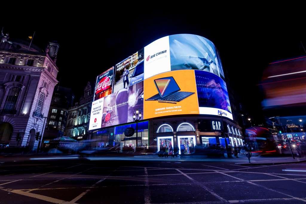 Lire les panneaux publicitaires est un phénomène irrépressible. © Tom Eversley, Adobe Stock