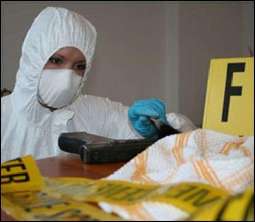 Les techniciens de la police scientifiques font tout pour ne pas laisser leurs propres traces, comme on peut le voir sur cette photo de scène de crime. © DR