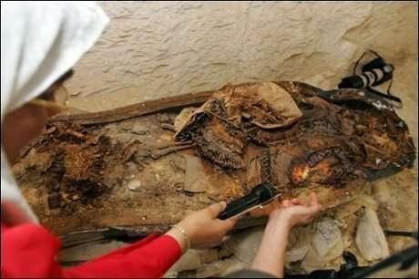 A défaut de momie, ce sont des colliers de fleurs tissées, des objets religieux et du matériel d'embaumement qui ont été découverts dans le septième et dernier sarcophage de KV63 (Courtesy of Khaled Desouki/AFP)