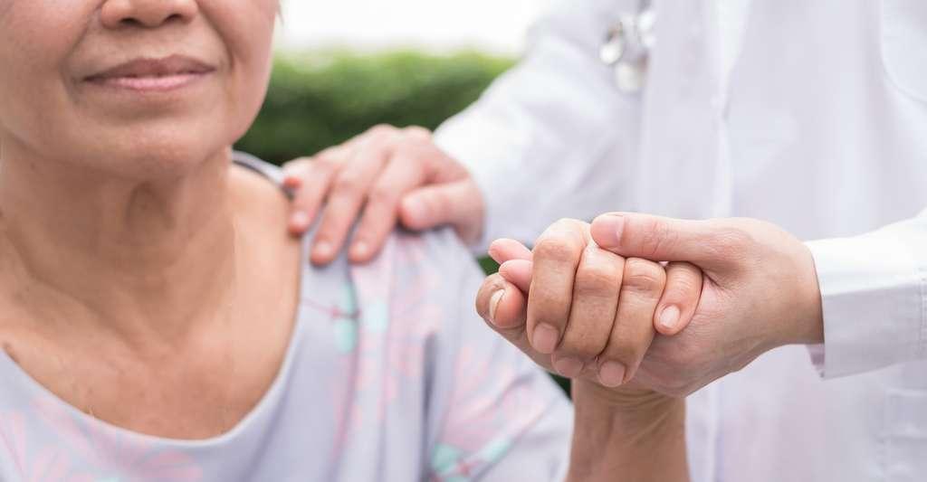 Quelques centaines d'euros pour un test sanguin contre plusieurs milliers pour un scanner. Des moyens techniques beaucoup plus largement disponibles. Les avancées des chercheurs de l'université de Washington (États-Unis) pourraient bientôt avoir d'importantes répercussions sur le traitement de la maladie d'Alzheimer. © Chinnapong, Fotolia