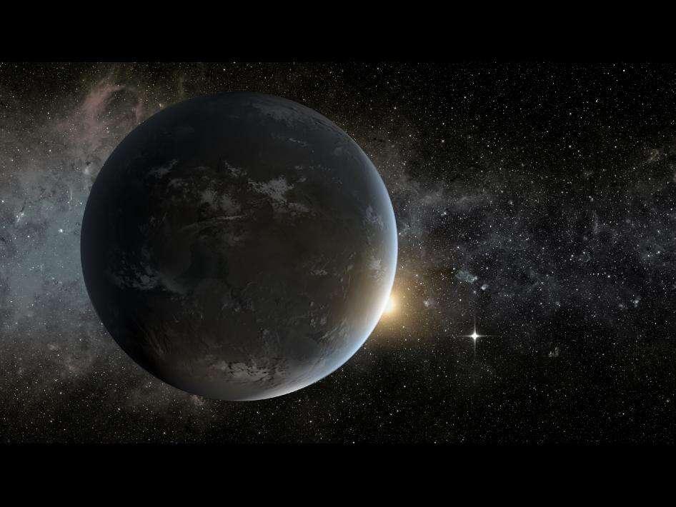 Une vue d'artiste de ce qu'est peut-être l'exoplanète Kepler-62f, d'un diamètre 40 % supérieur à celui de la Terre et orbitant en 267 jours autour de son étoile, Kepler-62, dont on voit la lumière un peu orangée. Le point lumineux à droite est une autre planète de la zone habitable, Kepler-62e, 1,6 fois plus grande que la Terre. © Nasa Ames, JPL-Caltech