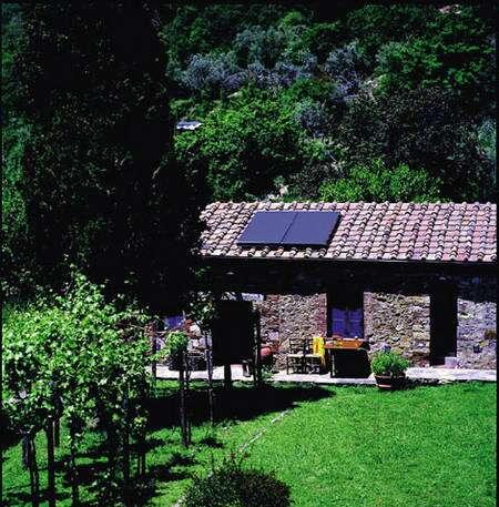 Les panneaux solaires thermiques s'adaptent aussi bien sur les toitures en tuile que sur celles en ardoise © Viessmann - Tous droits réservés