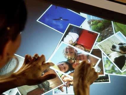Cet ordinateur horizontal sert à manipuler des documents, seul ou à plusieurs (ici la version 1 de Surface). © Microsoft