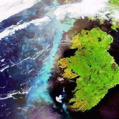 Une grande traînée de plancton de la taille de l'Irlande est visible dans l'océan Atlantique nord su cette image, enregistrée le 6 juin 2006 par Envisat's Medium Resolution Imaging Spectrometer (MERIS), un capteur capable de détecter les concentrations de phytoplancton. Crédit ESA.