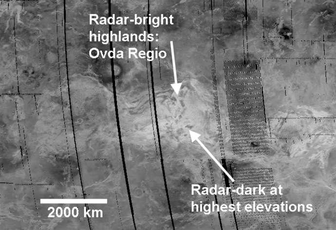 Grâce au SAR de Magellan, il a été possible de découvrir la topographie de Ovda Regio sur Vénus. Des zones sombres (dark) se trouvent aux sommets de terrains élevés qui apparaissent brillants dans les mesures faites avec le radar de la sonde (radar-bright highlands). © Harringtong Trieman, Nasa, JPL-Caltech