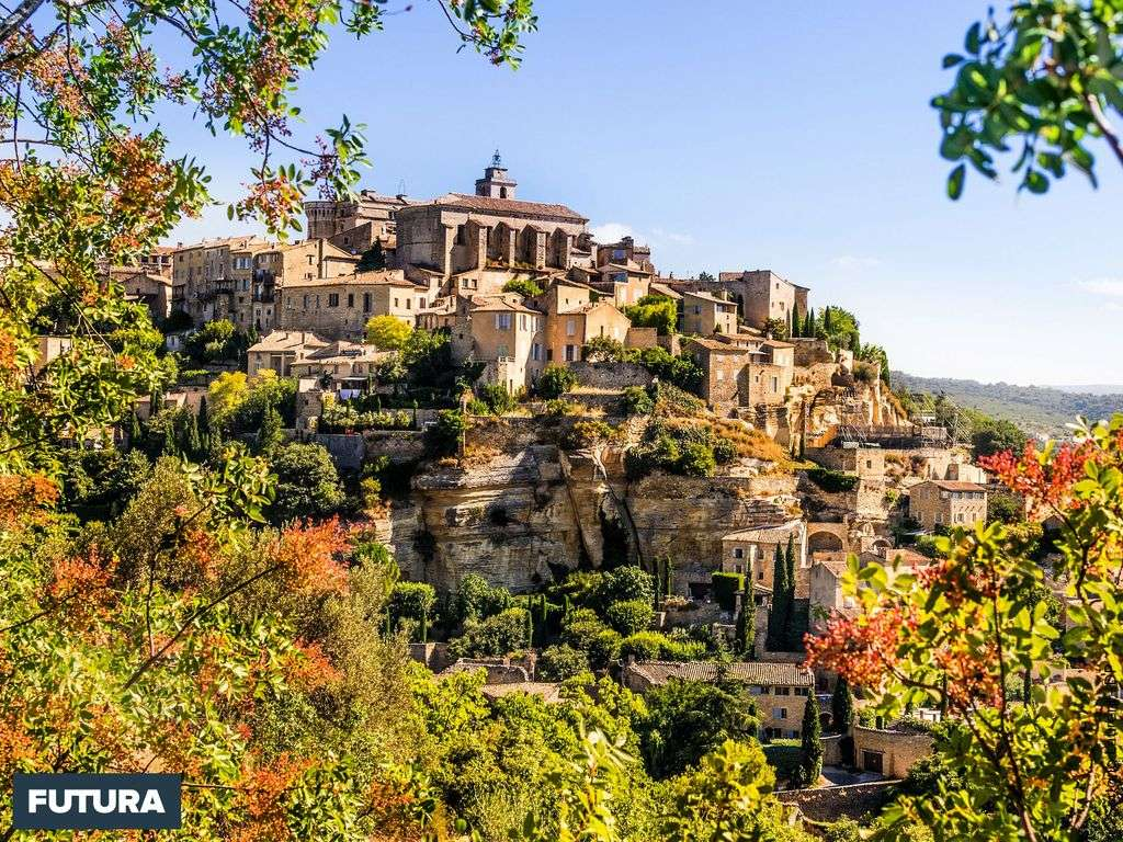 Gordes, l'un des plus beaux villages de France domine la plaine de Cavaillon