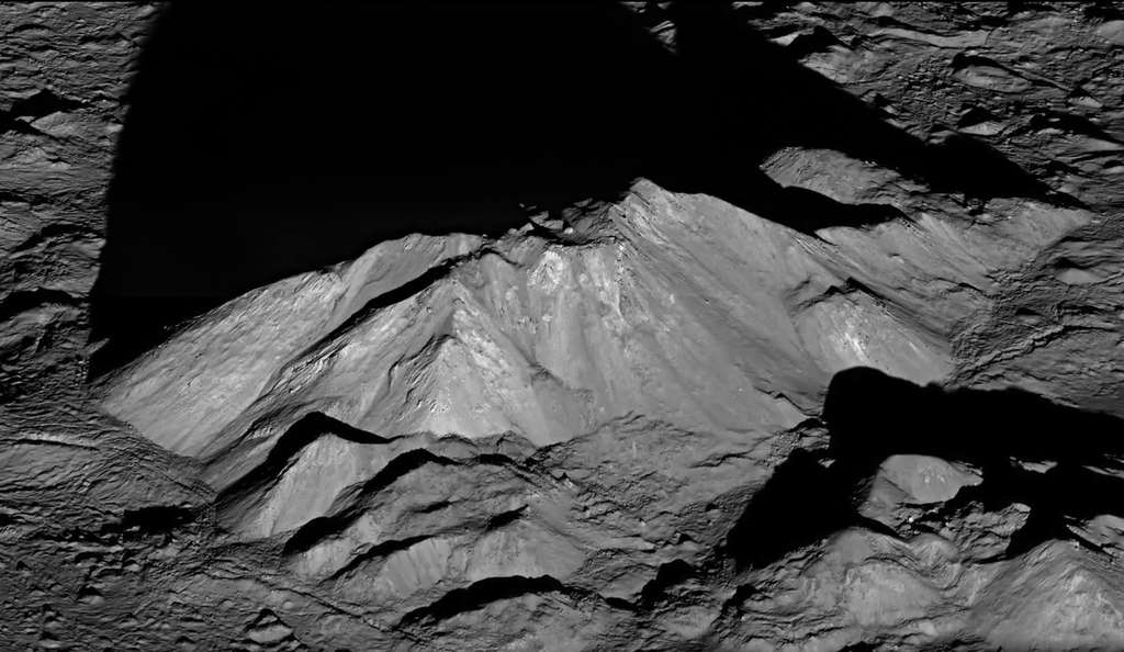 Avant le survol de LRO, le massif montagneux central au fond du cratère Tycho n'avait jamais été vu avec autant de détails. © Nasa