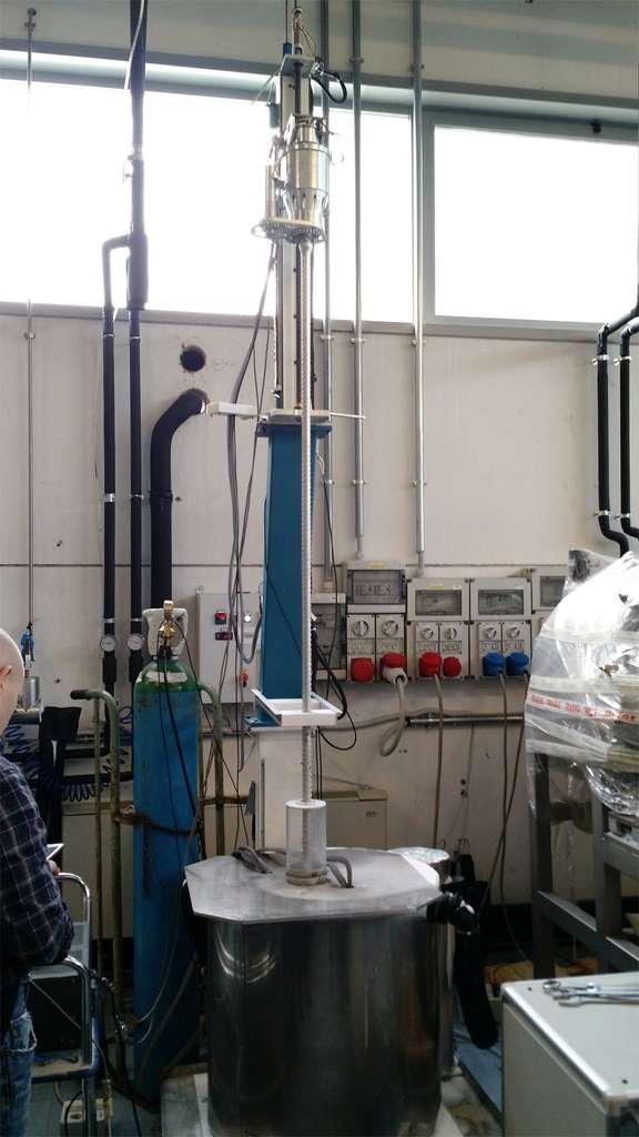 Essai de fonctionnement de la foreuse que doit fournir l'Esa à la mission russe Luna-27. Dans ce caisson, refroidi à -140°C, le terrain lunaire sur lequel devrait se poser le rover est simulé. © Esa, Finmeccanica