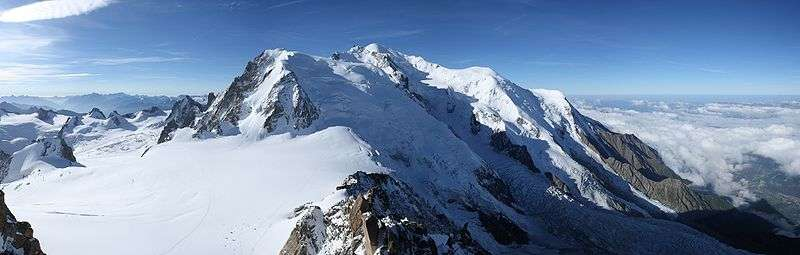 L'air au sommet des montagnes, de pression plus faible, renferme moins d'oxygène qu'au niveau de la mer. © Sanchezn, Wikimedia, CC by-sa 3.0