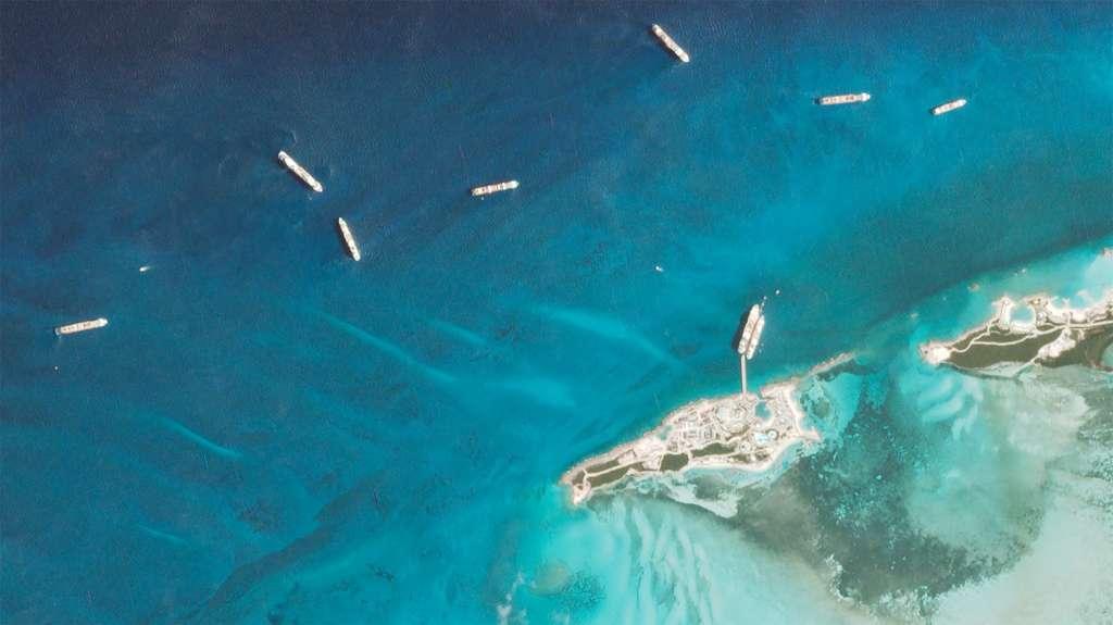 Comme les compagnies aériennes, les opérateurs de croisière ont également été contraints de cesser leurs activités partout dans le monde. Aux 80 % de la flotte mondiale d'avions clouée au sol, s'ajoute aussi la totalité des paquebots de croisière contraints de jeter l'ancre en pleine mer. Une partie de la flotte des paquebots de croisière de MSC ont été stationnés à proximité de sa réserve marine Ocean Cay MSC Marine Reserve (Bahamas). © 2020 Planet Labs, Inc.