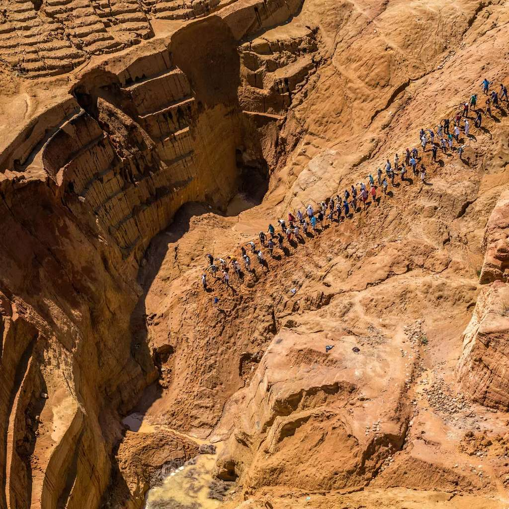 """Mine de saphirs à ciel ouvert à Ilakaka, ouest de Ihosy, province de Fianarantsoa, Madagascar ( 22°42'13.21""""S - 45°13'13.77""""E). © Yann Arthus-Bertrand, tous droits réservés"""