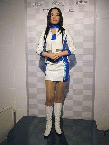 L'androïde Actroid-DER, développé pour assurer des fonctions d'accueil du public, a été présenté à l'Expo Aichi 2005. Il (elle ?) connaît l'anglais, le chinois, le coréen et le japonais. © Gnsin, Wikimedia Commons, cc by sa 2.0