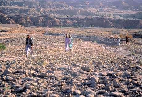 La pénible montée du Zin avec des dizaines de kilos dans les sacs à dos. © 2004 MPFB (POA)