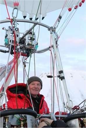 Jean-Louis Étienne en 2010 dans la nacelle du Generali Arctic Observer, une rozière, c'est-à-dire un ballon gonflé à l'air chaud mais dont l'enveloppe embarque aussi un volume d'hélium. Photographié ici au Spitzberg, il s'apprête alors à traverser l'Arctique vers la Sibérie en passant par le pôle Nord. © Jean-Louis Étienne