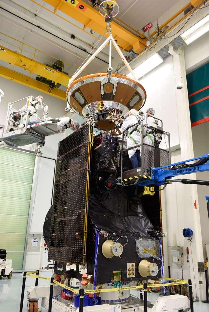 Installation de l'EDM sur l'orbiteur TGO (Trace Gaz Orbiter) dans l'usine de Cannes de Thales Alenia Space. © Esa, S. Corvaja