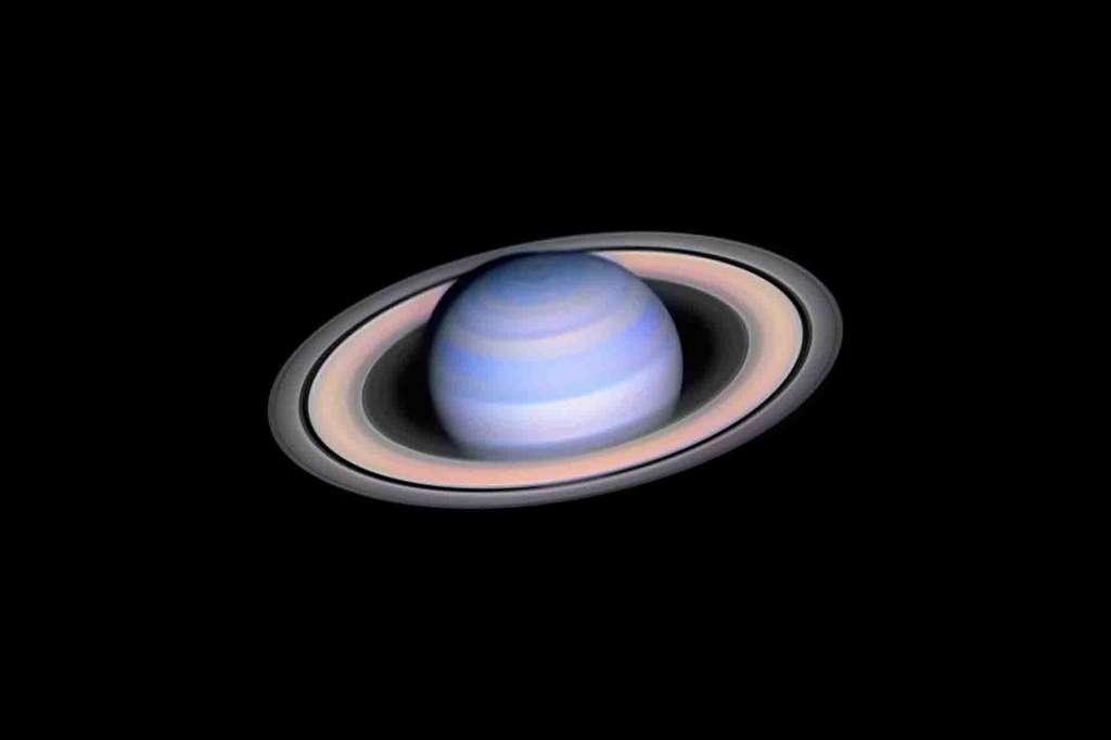 Cette photo de «Saturne en infrarouge» (Infrared Saturn) pour inspirer les astrophotographes du monde entier à laisser aller leur imagination. © László Francsics