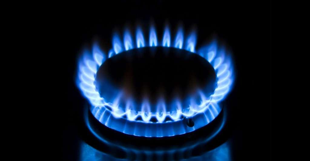 La couleur bleue de la flamme d'une gazinière est due au phénomène de chimiluminescence. © Vovan, Shutterstock