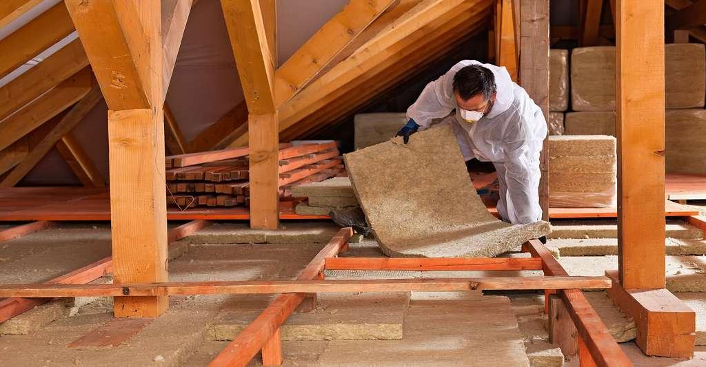 Les isolants à forte capacité thermique (ici de la fibre de bois) apportent un complément d'inertie intéressant en toiture. © Nagy-Bagoly Arpad, Shutterstock