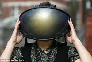 Le Virtual Cocoon, un casque qui montre des images, transmet des sons, diffuse des odeurs et stimule le sens du toucher. © Mark Richards