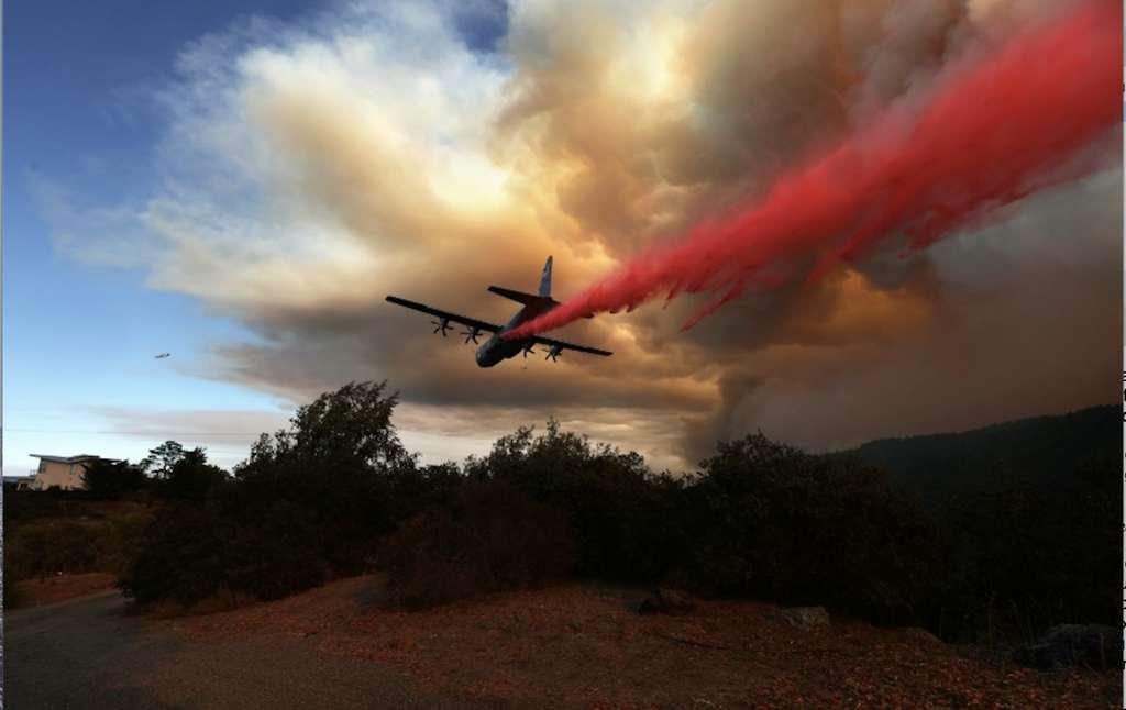 Un avion largue du retardant sur l'incendie « LNU Lightning Complex », le 20 août 2020, à Healdsburg en Californie. © Josh Edelson, AFP